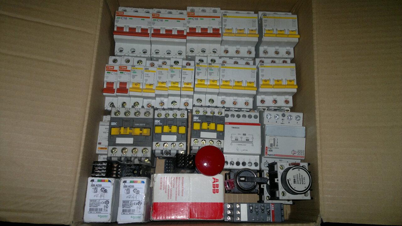 Шина нулевая Schneider Electric 14 групп/крепеж по краям сеч. 8x12 32006DEK