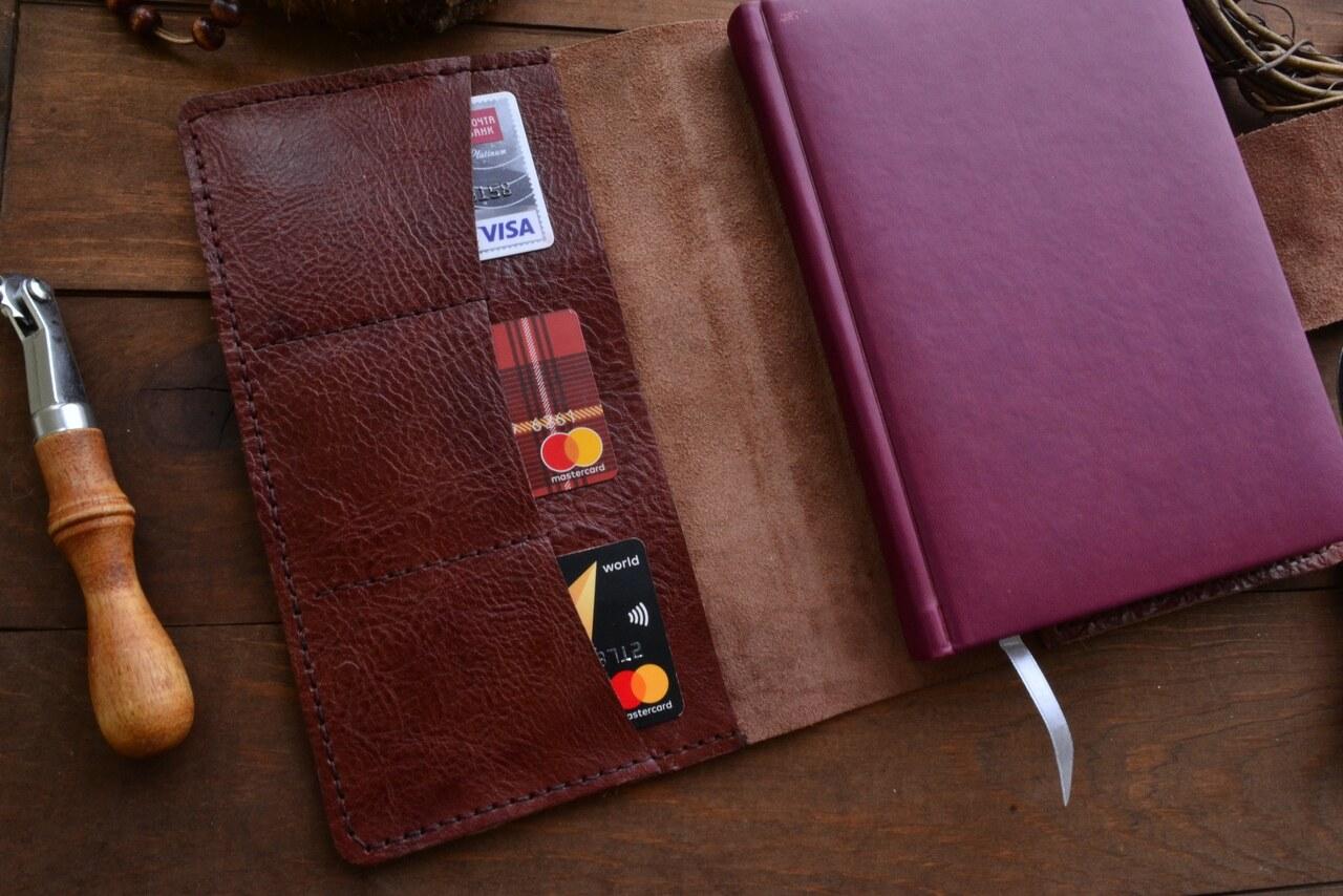 a53a1d3bbc92 Обложка на ежедневник из итальянской кожи. 3 отдела для банковских карт.  Индивидуальная именная гравировка.